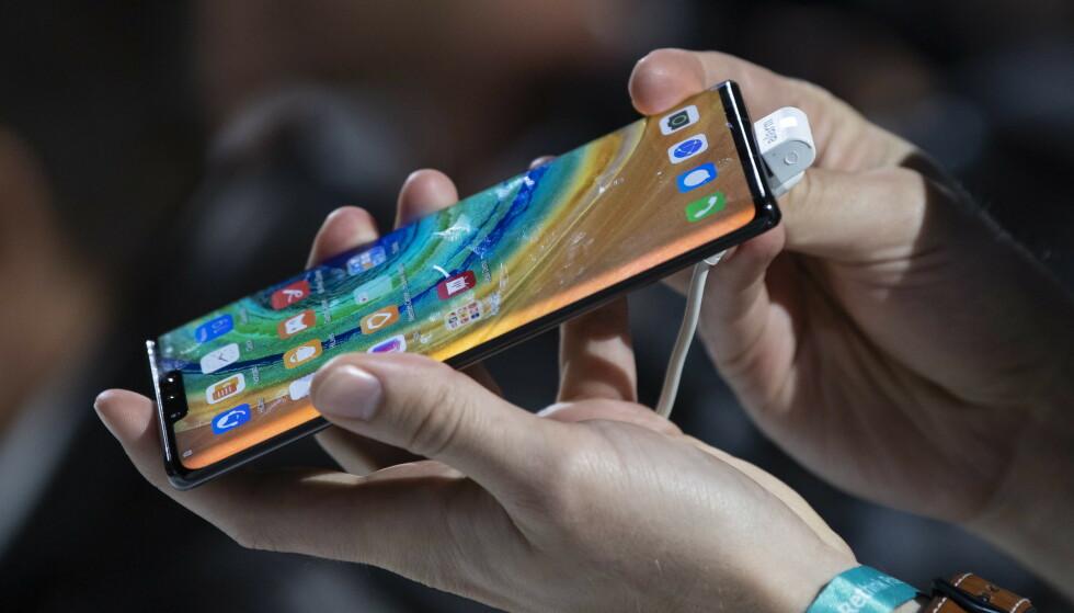 NYTT FLAGGSKIP: Huawei Mate 30 Pro kommer i kinesiske butikker om en uke. I Europa finnes det ingen lanseringsdato. Foto: Lukas Barth-tuttas / EPA / NTB Scanpix