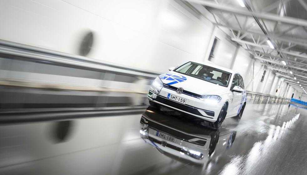 PIGGFRITT BEST: Rullemotstanden måles ved at bilen ruller fritt fra 80 til 40 km/t på et flatt underlag, uten påvirkning av vind. Testen kjøres i forskjellige temperaturer. Foto: Markus Pentikainen