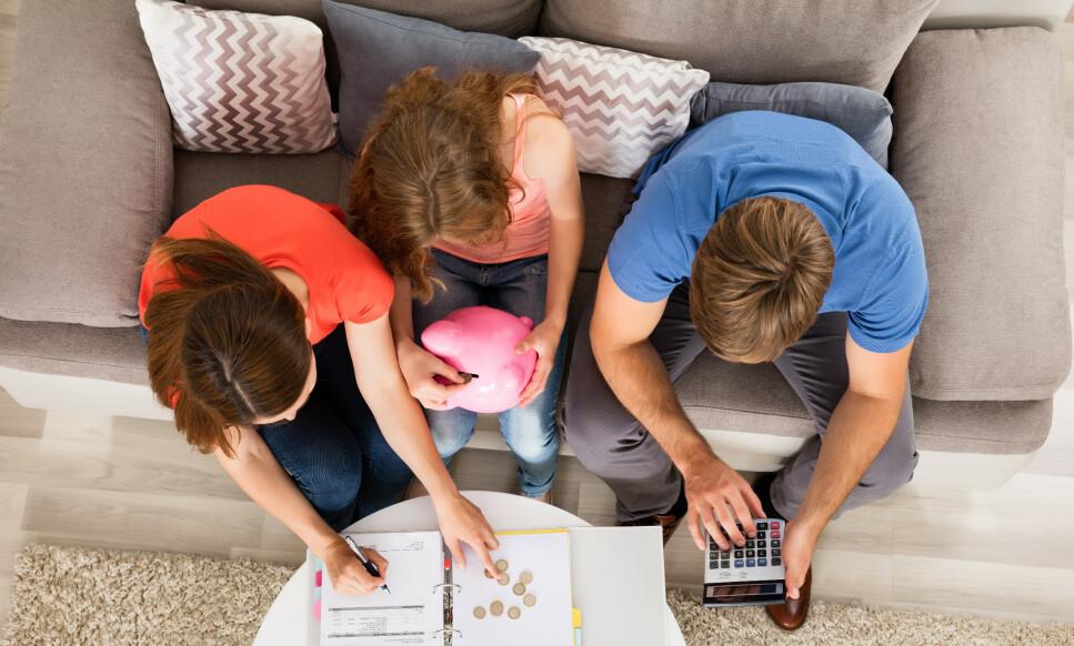 STARTPAKKE: Mange foreldre setter av penger gjennom barnas oppvekst, slik at de har midler til utdannelse, boligkjøp og annet når de blir eldre. Men, hvilket navn bør barnas sparepenger stå i, og hva skjer hvis sparepengene står i foreldrenes navn og foreldrene dør? Foto: Shutterstock/NTB Scanpix.