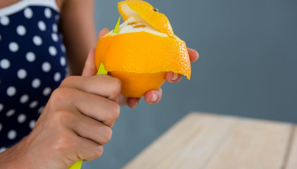 KAN BRUKES TIL SÅ MANGT: Neste gang du skreller appelsinen, bør du ta vare på skallet - det kan komme godt med i huset! Illustrasjonsfoto: NTB Scanpix.