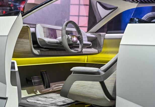 NÆRMERE ENN VI TROR: Betjeningen av infotainmentsystemene i den nye konseptbilen foregår via det Hyundai kaller et projeksjonsgrensesnitt. Foto: Jamieson Pothecary