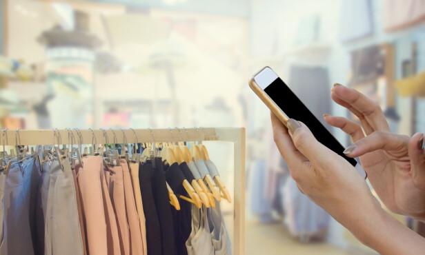 <strong>PRISSJEKK:</strong> Åtte av ti forbrukere sjekker priser på nett før de eventuelt går til en fysisk butikk. Vi handler på nett fordi det er raskt, enkelt og billig. Foto: Shutterstock/NTB Scanpix.