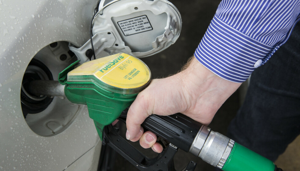 NEDGANG I PETROLEUMSSALGET: Foreløpige tall viser at det samlede salget av bensin og autodiesel minket med fire prosent i fjor. Foto: NTB Scanpix
