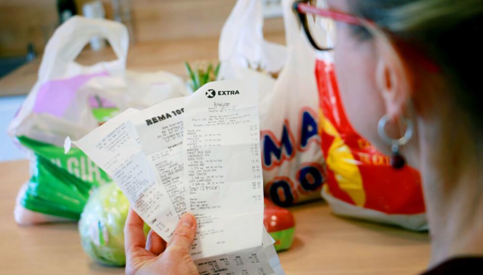 PENGEFORBRUK: Nordmenn syns det går veldig mye penger til mat, drivstoff og godteri. Foto: Ole Petter Baugerød Stokke