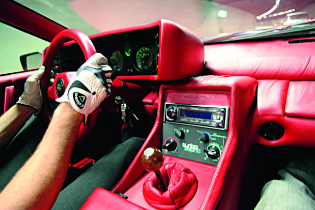 LYKKELAND: Den lykkelige eieren storkoser seg hver gang han er ute og kjører sin Esprit. I tillegg har han lang erfaring med akkurat denne biltypen og vet akkurat hvor aktivt bilen kan kjøres. Et sett Callaway-golfhansker fungerer ypperlig som kjørehansker. Foto: Lord Arnstein Landsem