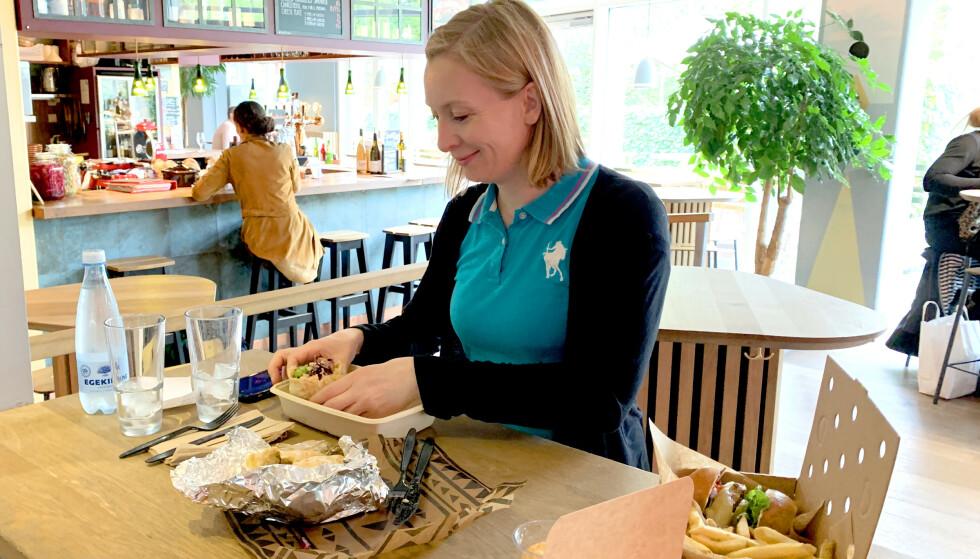 TIVOLI FOOD HALL: Her kan du kjøpe mat fra 14 restauranter og spise hvor du vil i hyggelige omgivelser. Foto: Kristin Sørdal