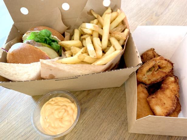 GODKJENT BURGER: Vi spiste saftig burger med gode smaker fra Cocks & Cows Burger, samt skikkelige jumbo løkringer. Alt til terningkast 5. Foto: Kristin Sørdal