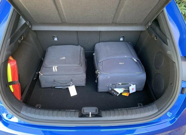 ROMSLIG: Med et bagasjerom på 426 liter, er den på nivå med kompakt-SUV-ene og bedre enn vanlig Ceed. Litt høy lasteterskel. Foto: Knut Moberg