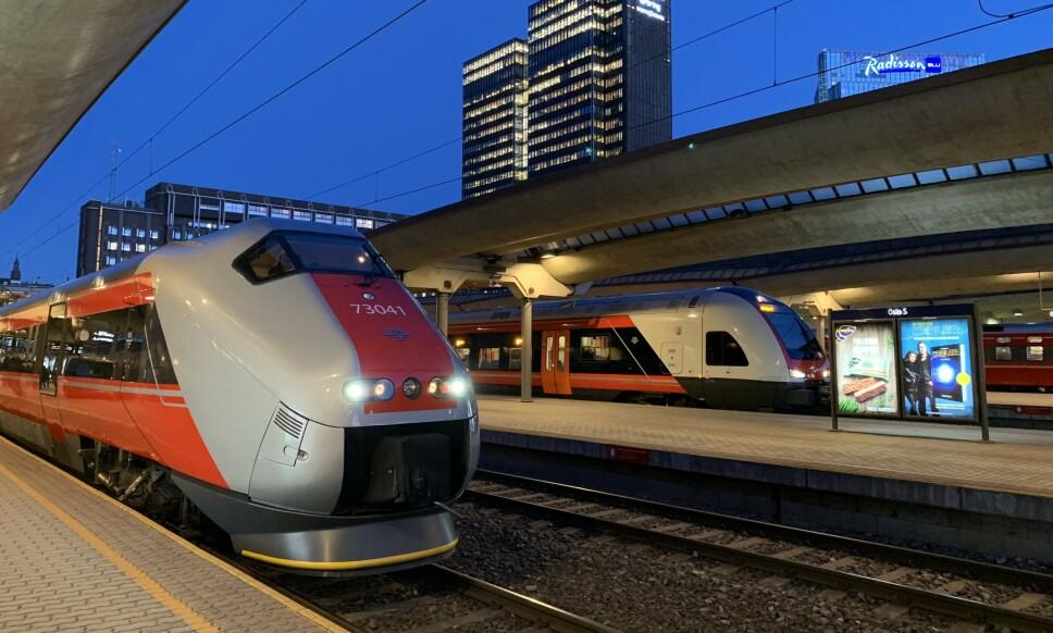 MÅ STÅ: I rushtrafikken må togpassasjerer belage seg på ståplasser i fremtiden. Foto: Pål Joakim Pollen