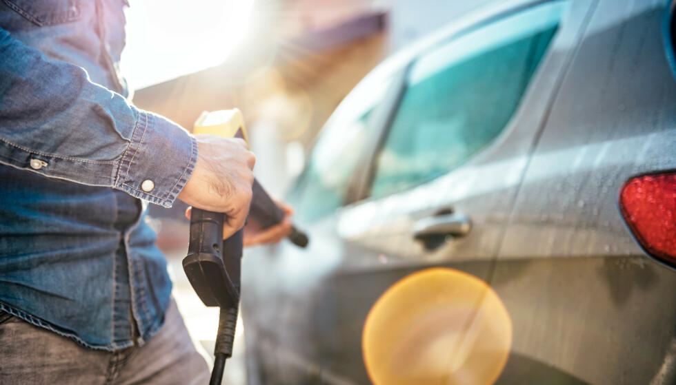 <strong>ULOVLIG OG FARLIGE BILPLEIEMIDLER:</strong> En kontroll av forhandlere som selger bilpleiemidler viser at de færreste gjør det loven krever at de skal for å selge produktene - og 40 prosent er feilmerket. I tillegg avslørte kontrollen salg av ulovlig produkt. Foto: Shutterstock/NTB scanpix