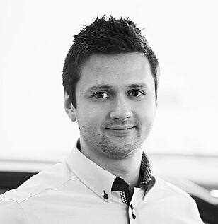 BRUKTBIL: Hyundai-salgsleder Leonid Trufanov hos Birger N. Haug i Oslo forklarer at biler med kontrakt er bindende, og at de må selges som «bruktbiler» om kunden ombestemmer seg. Foto: Birger N. Haug