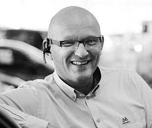 - MARKEDET STYRER: Bruktbilsjef Agnar Fosmo hos Birger N. Haug i Oslo ser ingen betenkeligheter i å selge «ubrukte» Hyundai Kona Electric med profitt. Foto: Birger N. Haug