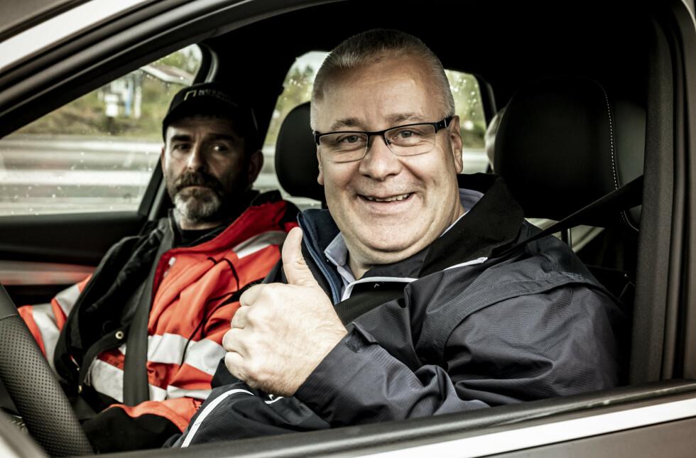KLARE FOR ACTION: Stortingsrepresentant Bård Hoksrud og Vinterveihelt Bjørn Legreid klare til dyst på glattkjøringsbanen til NAF. Foto: Jamieson Pothecary