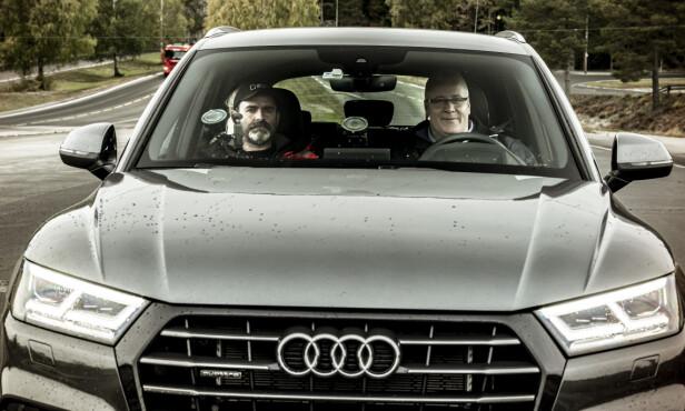 UT PÅ GLATTA: Bjørn Legreid og Bård Hoksrud, klare for glattkjøringstest. Foto: Jamieson Pothecary