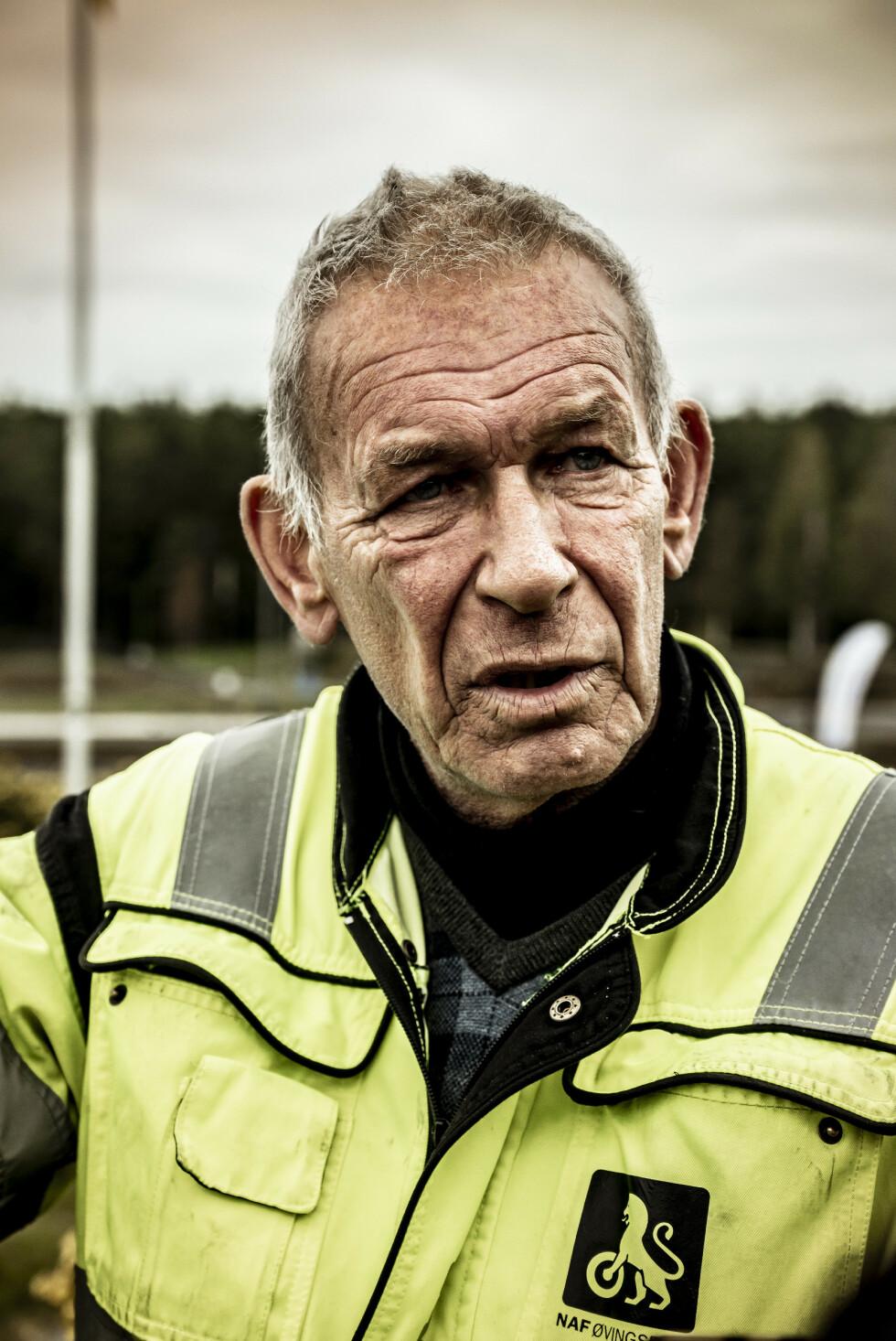 ERFARING: Tormod Schjerpen, daglig leder på NAF øvningsbane på Fetsund, var ansvarlig for å gi testsjåførene utfordringer i form av biler, elger og fotgjengere på glattkjøringsbanen. Han var meget fornøyd med ferdighetene til Hoksrud. Foto: Jamieson Pothecary.