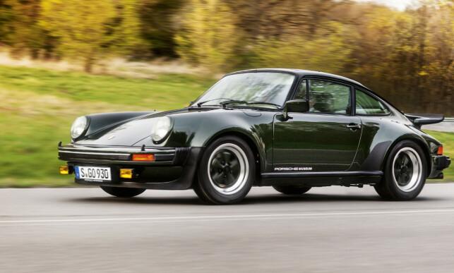 DA TURBO VAR TURBO: Første gang Porsche introduserte turbo for gatene ble den umiddelbart et ikon, og har forblitt det siden. Etterhvert har nær sagt alle Porscher turbo, og da blir betegnelsen litt rar å bruke. Med turbo-betegnelse også på elbilen, blir det plutselig helt latterlig. Foto: Porsche