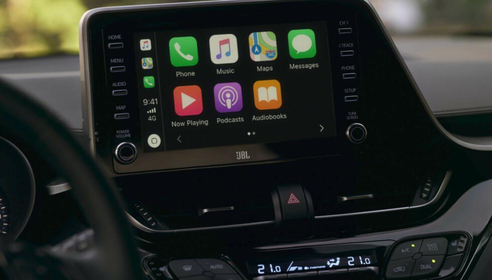 NY SKJERM: Både Apple Carplay og Android Auto skal fungere optimalt på oppgraderte C-HR. Toyota samarbeider også med hifi-produsenten JBL. Foto: Toyota