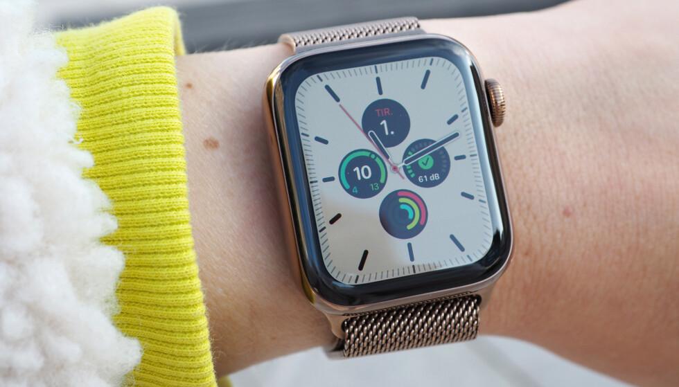 <strong>ALLTID PÅ:</strong> Den store nyheten med nyeste Apple Watch er at skjermen vil vise klokka selv om du senker håndleddet. Foto: Kirsti Østvang