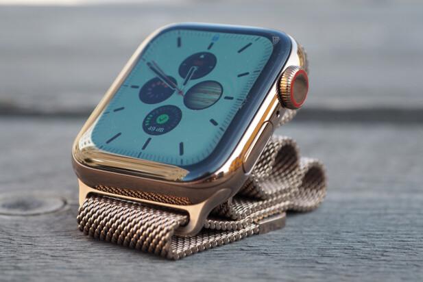 <strong>LEKKER:</strong> Apple Watch kommer i ulike type finisher. Her er modellen i rustfritt stål i fargen gull. Merk den røde ringen rundt den digitale kronen som indikerer at det er en 4G-utgave. Foto: Kirsti Østvang