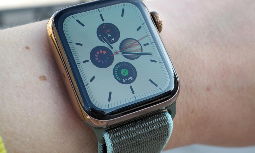 NYTTIGE SMÅPROGRAMMER: Apple kaller de for komplikasjoner, men småprogrammene du kan plassere rundt på urskivene, kan gi deg masse forskjellig info. Her har de nye kompass- og støynivå-komplikasjonene sammen med en snarvei til Syklus-appen og en app kalt Night Sky som kan vise deg stjernehimmelen bare ved at du løfter opp armen mot himmelen. Foto: Kirsti Østvang