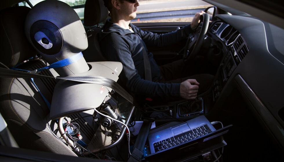 STØYMÅLING: Støyen i bilene måles med dette apparatet som er bygget for å etterlikne vårt øre, men kompletteres med en blindtest gjort av tre førere. Foto: Lasse Allard.