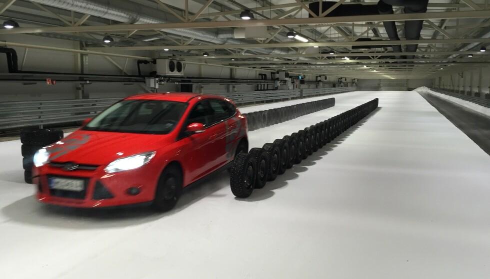 VÅR STØYTEST: Alle vinterdekkene i vår store test er målt for støy inne i bilen. Seks piggfrie dekk får toppkarakteren 10. Foto: Rune Korsvoll