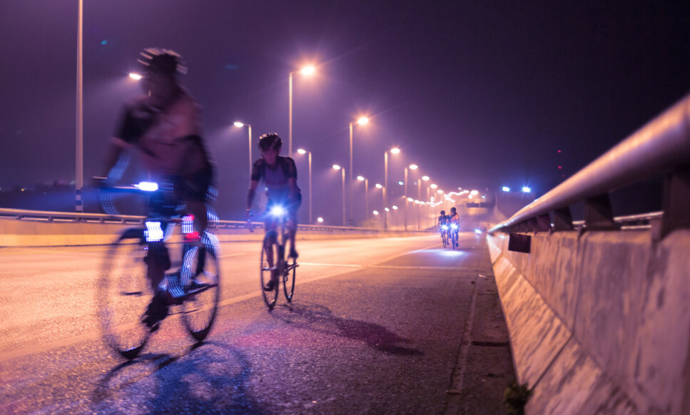 NOK LYS: Du har lykter på sykkelen din for å bli sett, noe som er pålagt og veldig viktig, spesielt når det blir mørkere. Men, tenk over hvor mye lys du faktisk trenger ut fra hvor du sykler, samt hvordan det skal være for medsyklister å møte deg på sykkelstien. Foto: Shutterstock/NTB Scanpix.