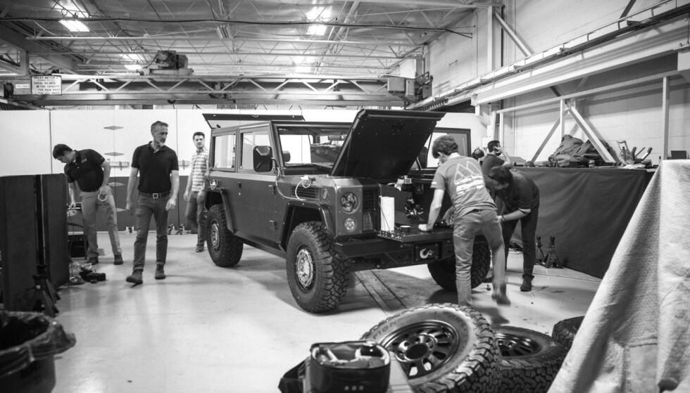 FØLGER MED: Det arbeides på Bollinger B1-prototypen mens sjefen, Robert, observerer aktiviteten. Foto: Bollinger Motors