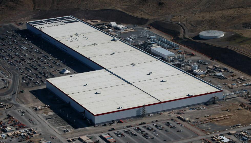 GIGAFACTORY 1: Det har blitt rapportert om uro ved Teslas første store fabrikk for blant annet produksjon av batterier, nær Reno i Nevada, USA. Foto: NTB Scanpix
