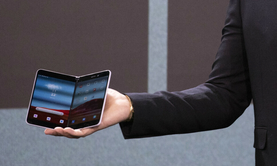 SURFACE DUO: Microsoft annonserte en smarttelefon ... med Android. Surface Duo kommer dog ikke før høsten 2020. Foto: AP Photo/Mark Lennihan/NTB Scanpix