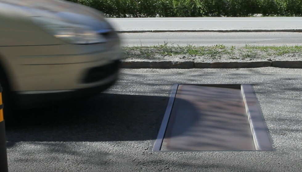 BARE FOR FORT-KJØRERE: Den intelligente fartsdumpen senker seg ned i veien bare for bilister som kjører for fort. De lovlydige merker ingen ting. Foto: Edeva.