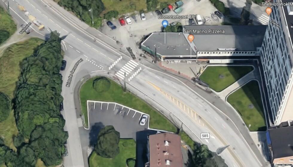 HER KOMMER NORGES FØRSTE: Her i Nattlandsveien er det mange biler, syklister og kryssende fotgjengere. I tillegg er det bolig for blinde her. Foto: Google Streetview