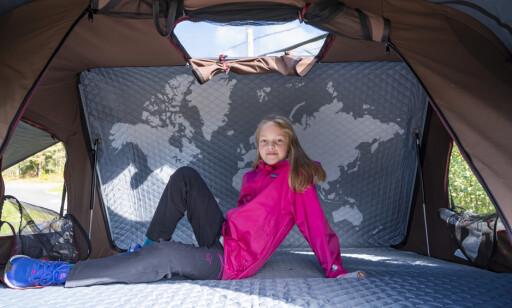 ROMSLIGE: Her er det soveplass til 2-3 voksne, eller to voksne og to små barn. Med verdenskart kan du ligge og drømme deg bort til neste langtur. Foto: Jamieson Pothecary