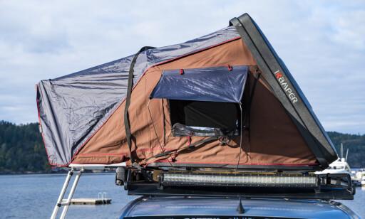 LETTMONTERT: Å slå opp, eller pakke sammen teltet er lett å få til alene. Mer utfordrende erdet å montere den på taket. Til det bør det være fire voksne. Foto: Jamieson Pothecary