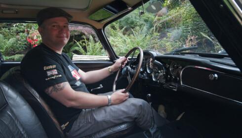 SPENNENDE: Å kjøre Aston Martin DB4 gir en uforglemmelig James Bond-følelse. Foto: Kasper Van Wallinga