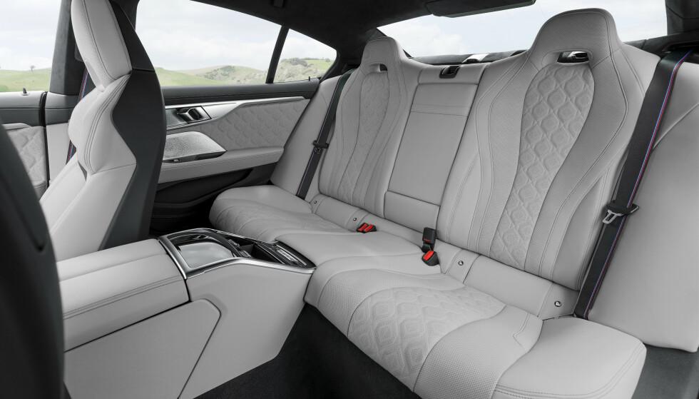 TRE PLASSER, MEN...: Baksetene er skikkelige stoler bare på de ytre av de tre sitteplassene bak. Foto: BMW