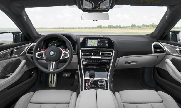 SPORTY LUKSUS: Til tross for 625 hestekrefter og 0-100 på 3,2 sekunder (M8 Competition), er det ikke mye racing-stemning her i M8-interiøret. Foto: BMW