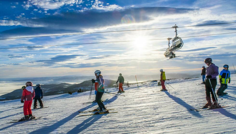 SNART SKISESONG: Vinteren kryper stadig nærmere, og mange gleder seg til å spenne på slalåmskiene eller snowboardet og suse ned alpinbakken. De kan spare mye på å kjøpe sesongkortet nå. Foto: Halvard Alvik/NTB Scanpix.