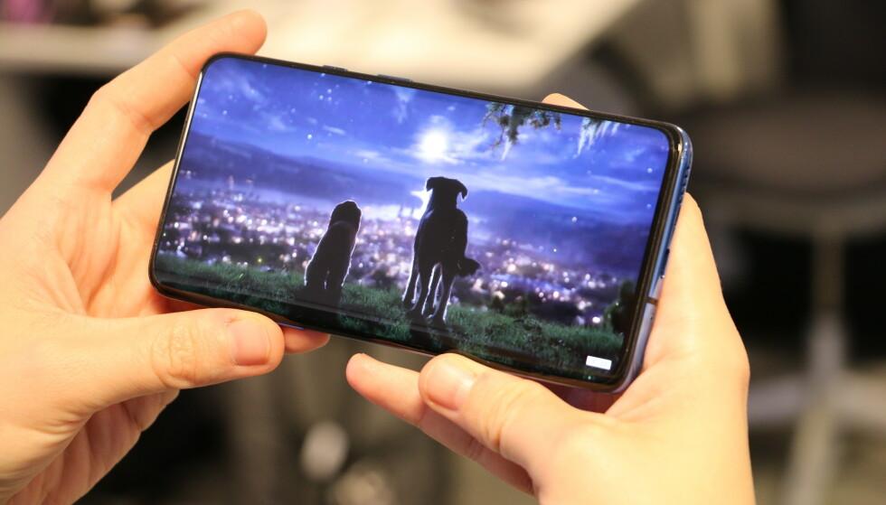 Skjermen til OnePlus 7T Pro er blant de beste på markedet. Foto: Martin Kynningsrud Størbu