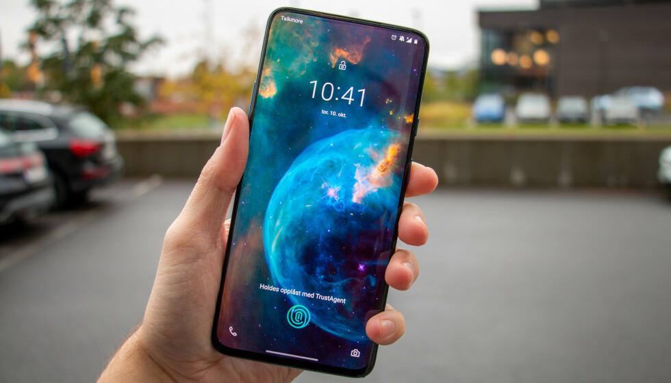 RÅSKINN: OnePlus 7T Pro er kanskje ikke store oppgraderingen fra OnePlus 7 Pro, men for en telefon! Foto: Martin Kynningsrud Størbu