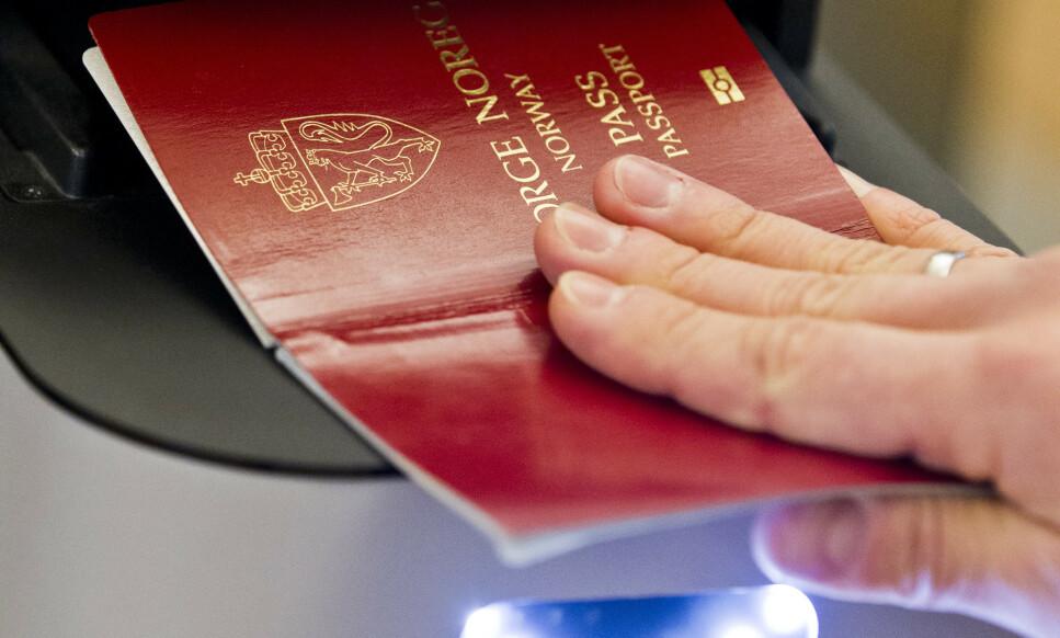 PASSKONTROLL: Den indre grensekontrollen videreføres i ytterligere seks måneder fra 12. november, varsler Justisdepartementet. Foto: Vegard Grøtt/NTB Scanpix