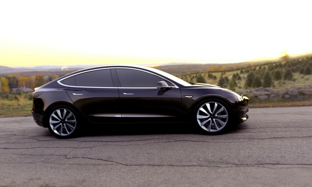 ÉN AV FAVORITTENE: Tesla Model 3 er en av de heteste favorittene til COTY-prisen, som deles ut på Genéve-utstillingen i mars. Foto: Rune Korsvoll