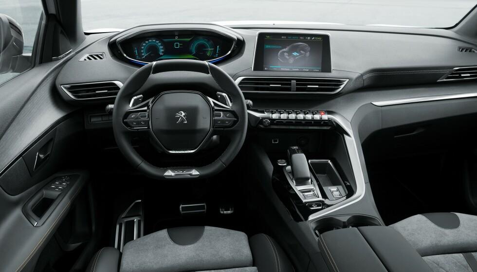 SNASENT: Interiøret i Peugeot 3008 skiller seg ut med et lite ratt og førerinformasjon på oversiden. Det er ytterligere forfinet i den ladbare utgaven – blant annet med med informasjon om hvordan drivlinja virker. Foto: Peugeot