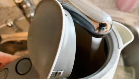 Og fylte på med litt vann, så blandingen dekte bunnen av vannkokeren. Foto: Berit B. Njarga