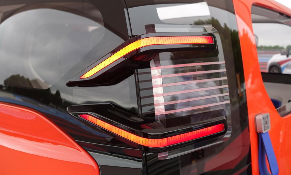 UTENPÅ: Lampene er påklistret karosseriet og inneholder lys, blink og brems. Det blir neppe snakk om fjernlys i fronten med en toppfart på 45 km/t. Foto: Rune M. Nesheim