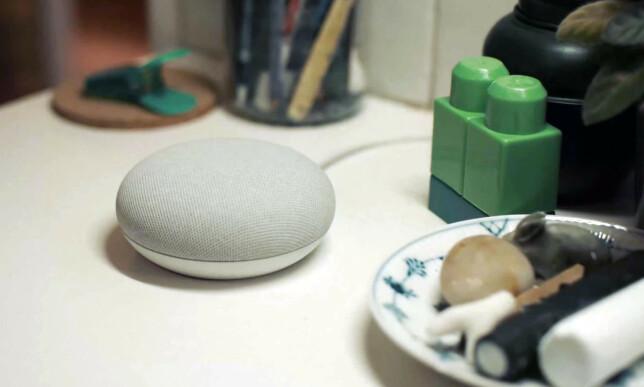DISKRET: Den lille Nest Mini-høyttaleren ser ut som den forrige utgaven, men byr på mer bass og en ekstra mikrofon. Foto: Google