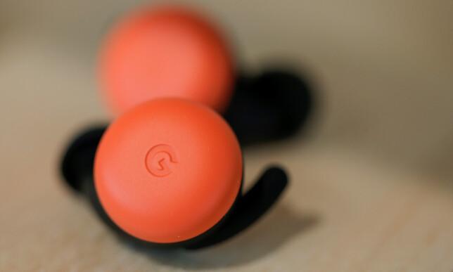 SOM EN MINI-MINI: Google har valgt et design på øreproppene som i stor grad ligner på en mini.utgave av Nest Mini-høyttaleren. Foto: Eduardo Munoz / Reuters / NTB Scanpix