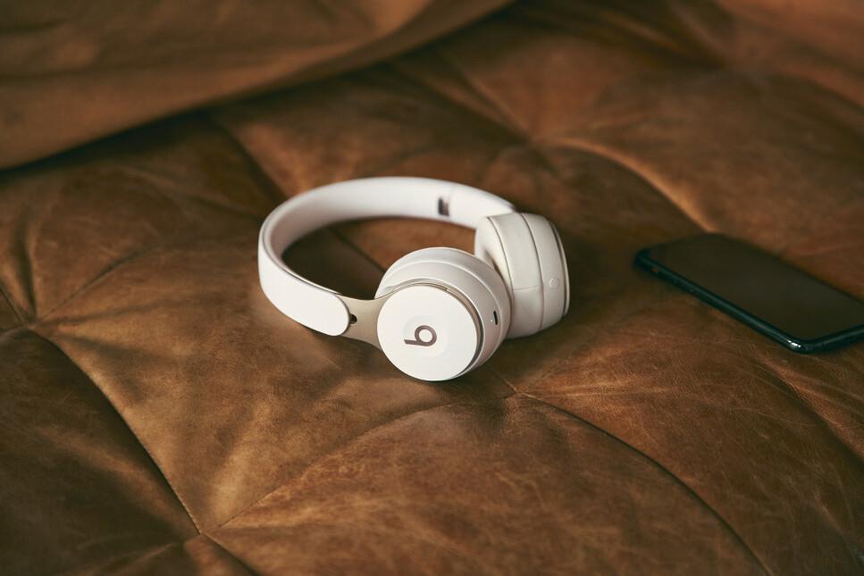 NYTT DESIGN: Beats Solo har fått et nytt design og byr nå på aktiv støydemping. Foto: Beats