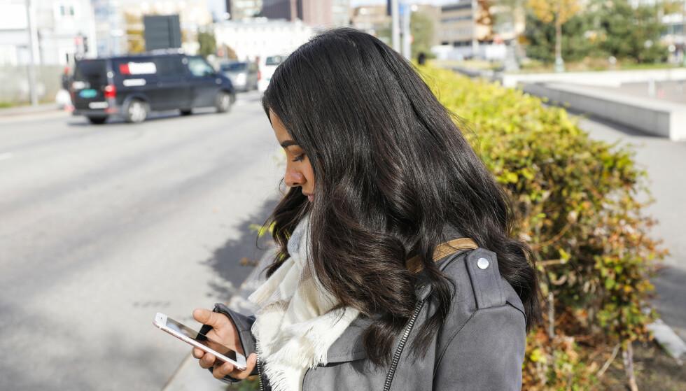 BRUK ØYNE OG ØRER: Med musikk på ørene og blikket festet i mobiltelefonen, er det fort gjort å glemme omgivelsene sine. Har du ikke refleks i tillegg, kan du fort være ille ute. Foto: Wilma Nora Dortehellinger Nygaard/NTB Scanpix.