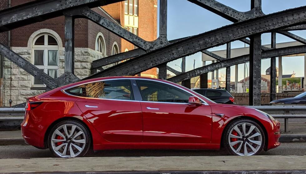 BETSELGER: I Norge er Tesla Model 3 den mest solgte bilen hittil i år, med en startpris på 400.000 kroner. I Sverige er dette den mest solgte elbilen. Foto: Tesla